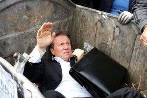 """Толпа под Радой запихнула """"регионала"""" Журавского в мусорный бак (обновлено)"""