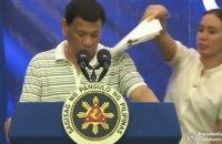 На плечо президента Филиппин во время выступления залез таракан