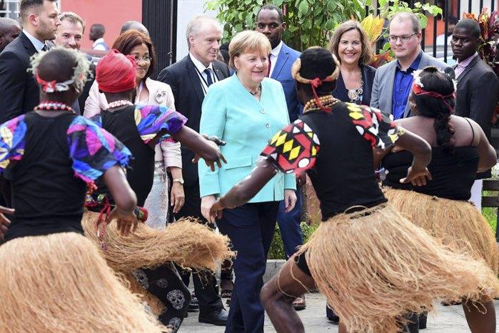 Ангела Меркель во время посещения Национального музея антропологии в Луанде, Ангола, 7 февраля 2020
