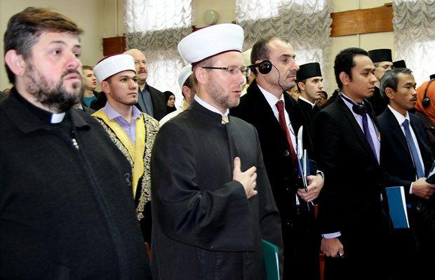 Отець Тихон Кульбака та муфтій Саід Ісмагілов під час конференції «Іслам та ісламознавство в Україні» в Києві в литопаді 2014 р.