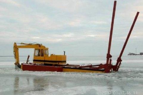 Двоє чоловіків за допомогою понтонного екскаватора намагалися викрасти електрокабель з дна Дністровського лиману