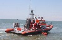 У Києві рятувальники дістали з дна Дніпра затонулий катер