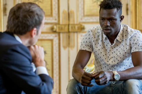 Макрон предложил французское гражданство спасшему ребенка мигранту из Мали
