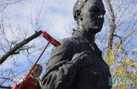 """Студенты """"Могилянки"""" помыли памятник Сковороде"""