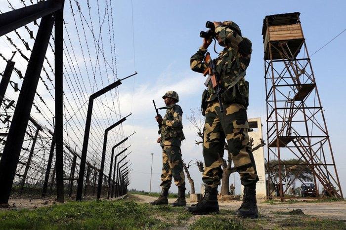 Пограничники патрулируют границу между Индией и Пакистаном, возле Амритсара, Индия, 28 февраля 2019.