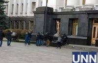 """Обнаженная активистка забралась на шар перед Офисом президента и выкрикивала """"Долой насилие"""""""