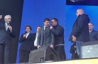 Адвокат Коломойского пришел на дебаты вместе с Зеленским
