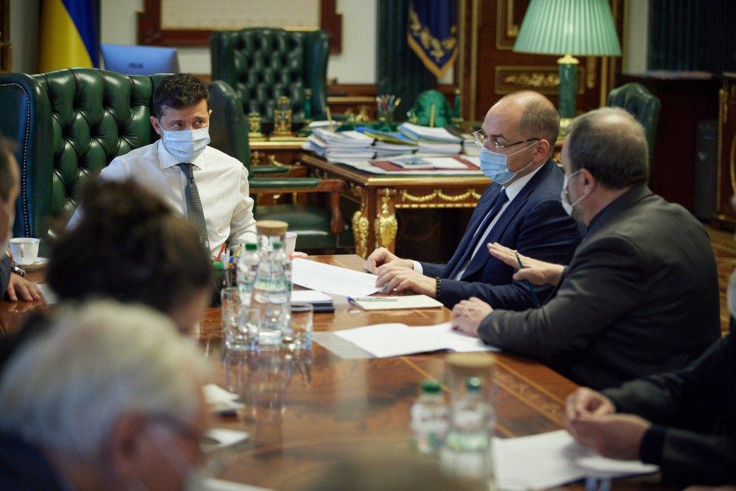 Президент Володимир Зеленський і міністр Максим Степанов під час наради з науковцями, залученими до розробки української вакцини проти COVID-19.