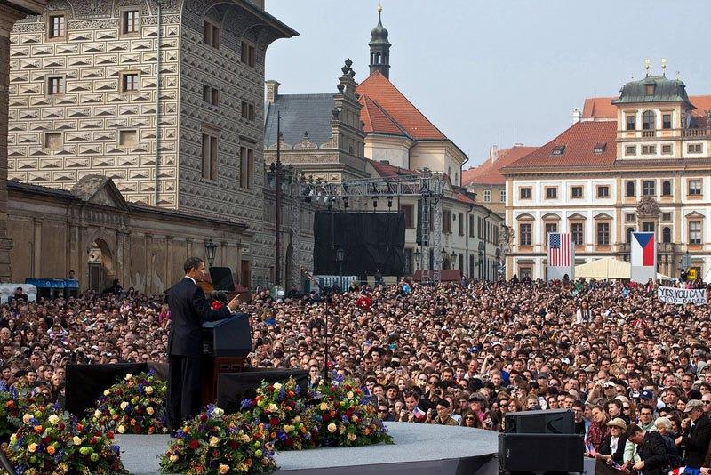 Во время выступления в Праге. 5 апреля 2009 года