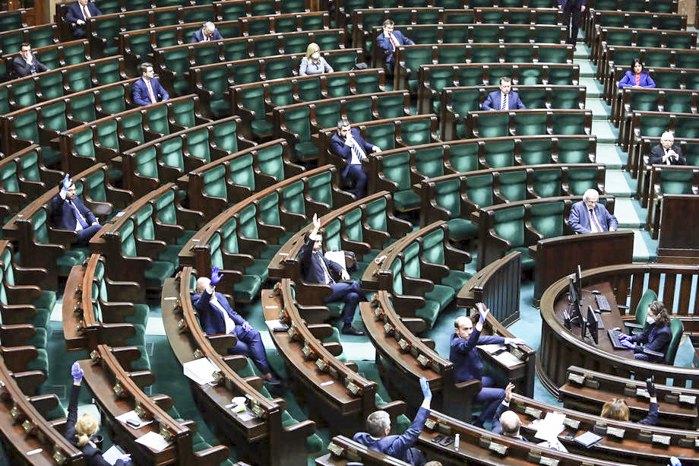Польські парламентарі під час дебатів у Сеймі, Варшава, 26 березня 2020.