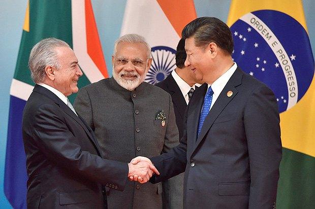 Справа-налево: Президент Китая Си Цзиньпин, премьер-министр Индии Нарендра Моди и президент Бразилии Мишел Темер во время саммит БРИКС, Китай, 05 сентября 2017 .