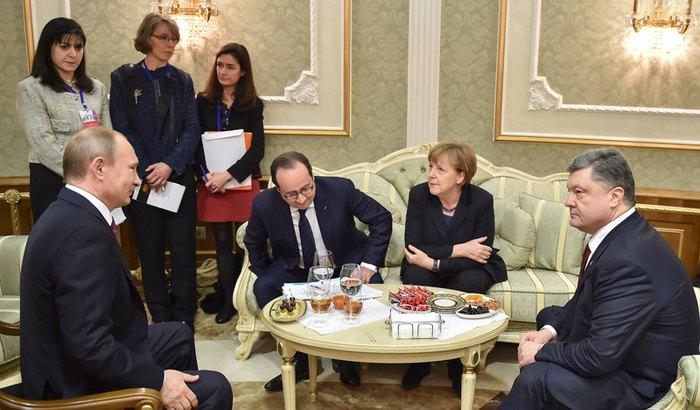 Президент России Владимир Путин, Франции Франсуа Олланд, канцлер Германии Ангела Меркель и президент Украины Петр Порошенко во время переговоров в Минске, 11 февраля 2015.