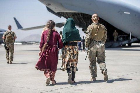 Евакуйовані в Україну 65 громадян Афганістану попросили про статус біженця