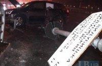 У Києві водій позашляховика Lexus збив металевий стовп через слизьку дорогу