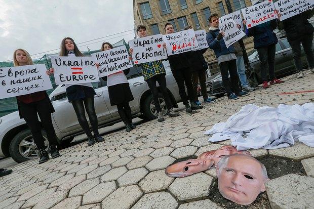 Акция в Киеве у посольства Нидерландов в поддержку вступления Украины в ЕС и против российской пропаганды