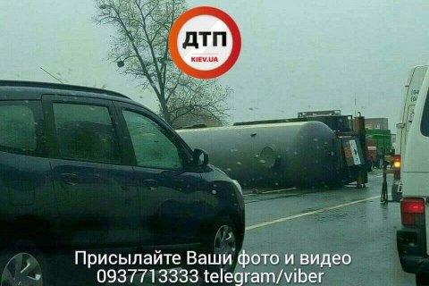 На Одесской трассе под Киевом перевернулась автоцистерна с аммиаком (обновлено)