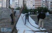 На Троєщині зламали паркан скандального будівництва
