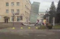 У Чорткові сильний вітер зірвав дах з будівлі готелю