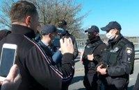 Кілька киян влаштували конфлікт з поліцією через закриття спортмайданчика в Гідропарку