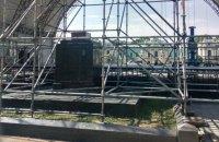 У Маріїнському парку встановили сцену на місці зруйнованого пам'ятника учасникам Жовтневого повстання (оновлено)