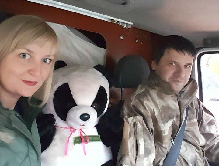 Тетяна Бідняк, Євген Жилкін та панда везуть подарунки військовим