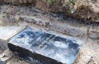 В Запорожье в фундаменте старого амбара нашли меннонитские надгробия