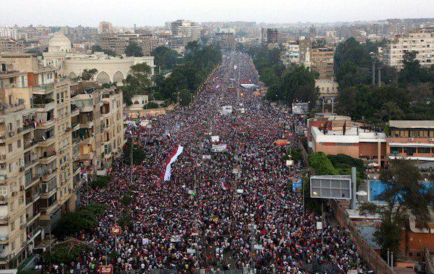 Противники политики Мохаммеда Мурси собрались возле президентского дворца в Каире