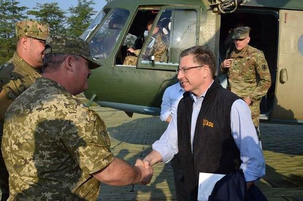 Курт Волкер під час візиту в Авдіївку