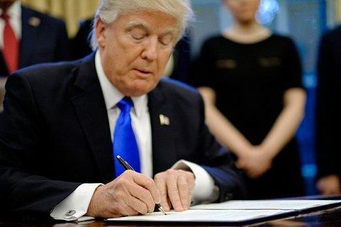Трамп підписав указ, що забороняє трансгендерам служити в армії