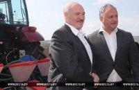 Лукашенко и Додон на тракторах посадили кукурузу в поле под Кишиневом