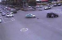 Китаец выпрыгнул из едущей машины, чтобы спасти выпавшего ребенка