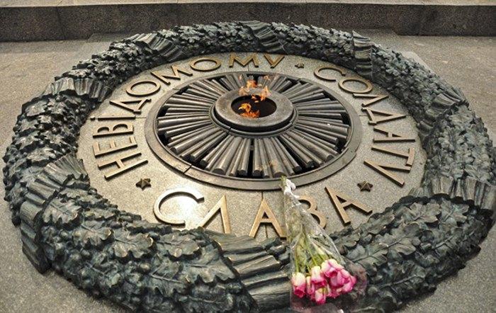 Вечный огонь и памятник Неизвестному Солдату в Киеве