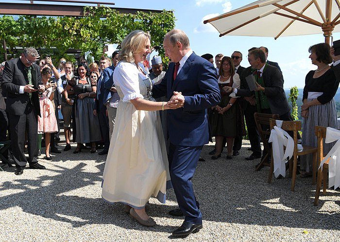 Президент России Владимир Путин танцует с министром иностранных дел Австрии Карин Кнайсль на ее свадьбе в Гамлице, Австрия, 18 августа 2018.