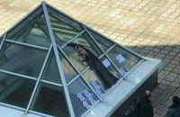 """Депутату Киевсовета устроили """"похороны"""" под окнами дома"""