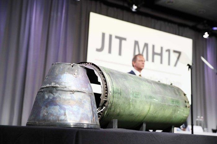Следователь JIT Фред Вестербеке представил обломки ракеты во время пресс-конференции по расследованию катастрофы Malaysia Airlines MH17 , 24 мая 2018 .