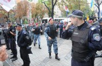 Сторонники и противники Тимошенко спокойно митингуют под судом, - милиция