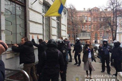 Под райотделом в Киеве произошли столкновения: 40 задержанных, трое полицейских - в больнице (обновлено)