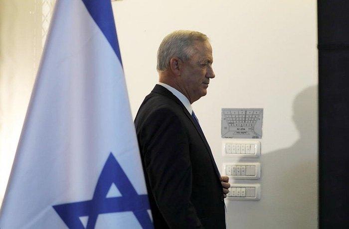 Бени Ганц покидает зал после пресс-конференции в Тель-Авиве, 20 ноября 2019.