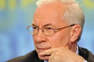 Азарову тоже не нравится главная елка на Майдане