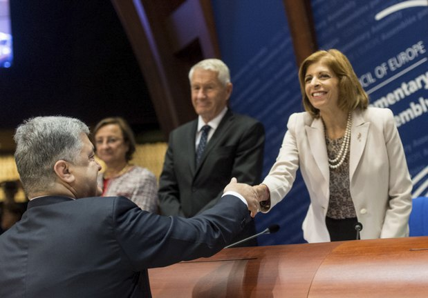 Президент України Петро Порошенко вітає голову Парламентської Асамблеї Ради Європи Стеллу Кіріакідес перед своїм виступом в Раді Європи, Страсбург, Франція, 11 жовтня 2017 року.