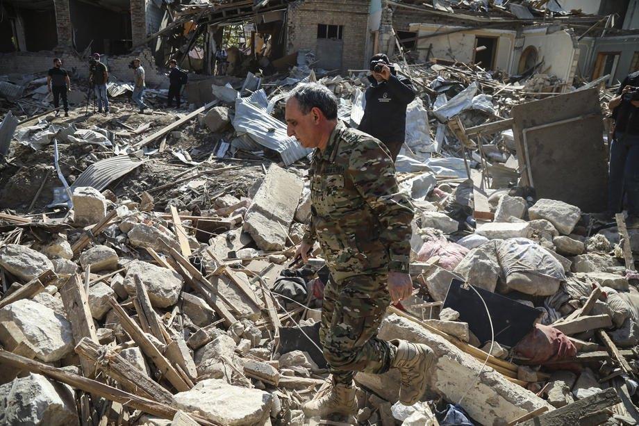 Азербайджанські рятувальники шукають під завалами тих, хто пережив обстріли, Гянджі, Азербайджан, 11 жовтня 2020.