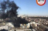 """В Киеве горело здание возле станции метро """"Бориспольская"""", есть пострадавшие"""