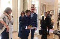 Сенцов подарував президенту Франції свій тюремний кухоль