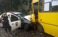 Во Львове автомобиль охранной фирмы врезался в маршрутку