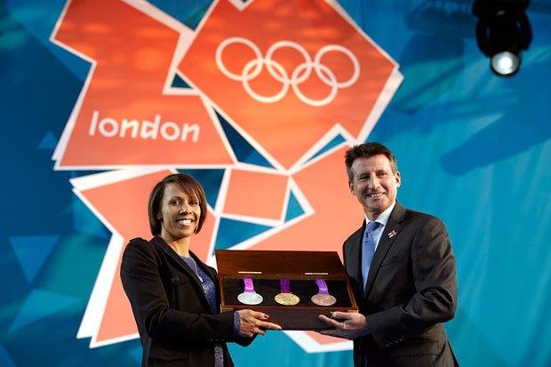 Диаметр одной медали составит около 85 миллиметров, а вес — 375-400 грамм. Это самые тяжелые награды в истории Игр