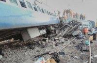 При сходе поезда с рельсов в Индии погибли 36 человек