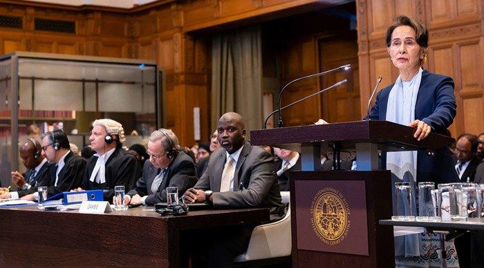 Аун Сан Су Чжи выступает в Международном суде ООН.