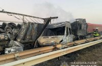 На трасі Київ-Одеса зіткнулися дві вантажівки та три легковика, троє людей загинули