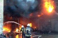 В пригороде Днепра возник крупный пожар на складе пластика