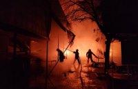 Вночі у Києві горів ринок, вогонь знищив продуктові павільйони